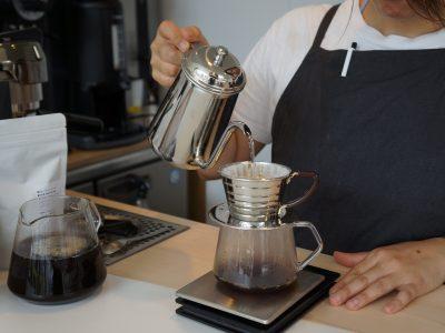 屋外のように開放的な店内でコーヒーを楽しむ
